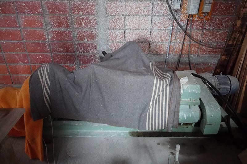 毛布をかけた土練機