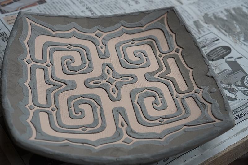 釉象嵌の作業中